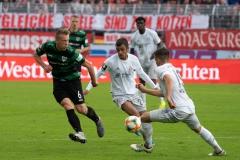 10. Spieltag: Preußen Münster - FC Bayern München II. Nico Brandenburger mit einem Flankenversuch.