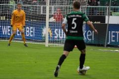 10. Spieltag: Preußen Münster - FC Bayern München II. Julian Schauerte mit der Flanke nach innen. Torwart Christian Früchtl passt auf.