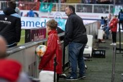 20. Spieltag: Preußen Münster - TSV 1860 München 0:1. Der Mann mit dem Headset: München ließ sich von einem Mitarbeiter auf der Tribüne weitere Hinweise geben, die dann ans Trainerteam gingen - so wie hier.