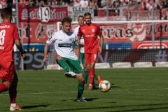 9. Spieltag: Hallescher FC gegen Preußen Münster. Julian Schauerte am Ball.