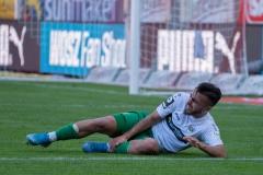 9. Spieltag: Hallescher FC gegen Preußen Münster. Seref Özcan verletzt am Boden - während auf der anderen Seite der Elfmeter gepfiffen wurde,