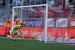 9. Spieltag: Hallescher FC gegen Preußen Münster. Der Ausgleich - der Ball ist im Tor.