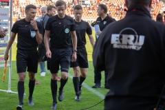 9. Spieltag: Hallescher FC gegen Preußen Münster. Abmarsch des Schirigespanns Michael Bacher (Mitte), Simon Marx (rechts) und Eduard Beitlinger (links).