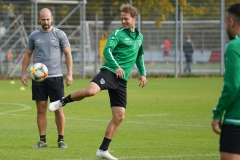 Preußen-Training am 14. Oktober 2019. Julian Schauerte mit Hackentrick... Athletiktrainer Tim Geidies schaut zu.
