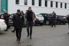 Auftakttraining beim SC Preußen Münster am 4. Januar 2020. Applaus zum Auftakt: Sascha Hildmann, hinten Sportchef Malte Metzelder.